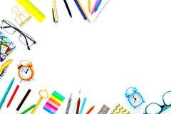 Accessoires d'étudiant Maquette de papeterie du ` s d'école ou d'étudiant avec des verres, réveil, carnet sur le dessus blanc de  Image stock