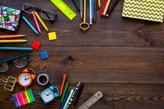 Accessoires d'étudiant Maquette de papeterie du ` s d'école ou d'étudiant avec des verres, réveil, carnet sur le fond en bois fon Image stock