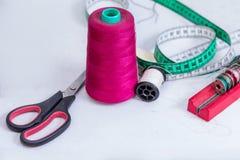 Accessoires d'habillement, fil, ciseaux et bande de mesure Images libres de droits