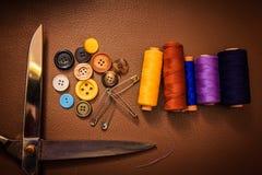 Accessoires d'habillement, fil, ciseaux et bande de mesure Photos libres de droits