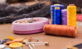 Accessoires d'habillement, fil, ciseaux et bande de mesure Photo libre de droits