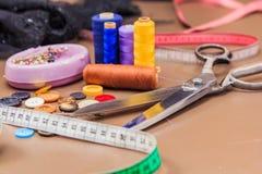 Accessoires d'habillement, fil, ciseaux et bande de mesure Photographie stock libre de droits