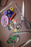 Accessoires d'habillement, fil, ciseaux et bande de mesure Photos stock