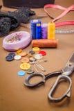 Accessoires d'habillement, fil, ciseaux et bande de mesure Image libre de droits