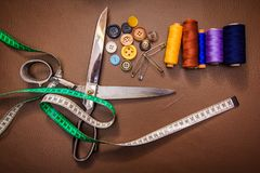 Accessoires d'habillement, fil, ciseaux et bande de mesure Photo stock