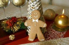 Accessoires de bonhomme en pain d'épice et de Noël photographie stock libre de droits