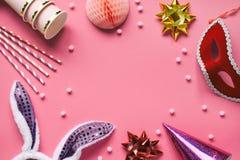 Accessoires de carnaval réglés sur le fond rose Appui verticaux de partie d'anniversaire ou d'hiver Boules de nid d'abeilles, cer image stock