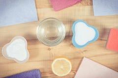 Accessoires de Colofrul et détergents naturels non-toxiques pour la maison de nettoyage, concept de fonctions de ménage photos stock