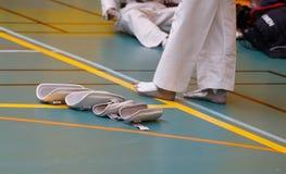Accessoires de combattants du Taekwondo pendant le chauffage devant des détails de match de concurrence photographie stock libre de droits