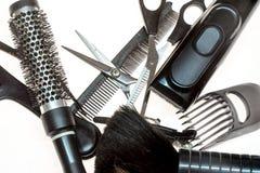 Accessoires de coupe de cheveux d'isolement au-dessus du fond blanc Photos stock