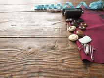 Accessoires de couture à un arrière-plan en bois photographie stock libre de droits
