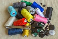 Accessoires de couture Bobines de fil différent de couleur, ciseaux, Photos stock