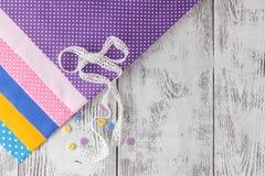 Accessoires de couture Boutons en bois, bobines des fils et tissu Images libres de droits