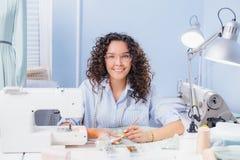 Accessoires de couture de couturière de Cherful sur le tissu broderie créative Photo stock