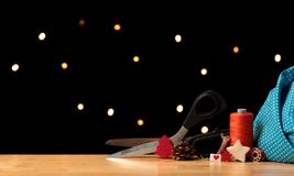 Accessoires de couture et de Noël de paysage avec le fil orange sur la table en bois devant les points légers photos libres de droits