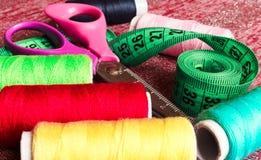 Accessoires de couture Fil, ciseaux, boutons, et ruban métrique Photographie stock libre de droits