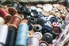 Accessoires de couture - fils, boutons, tirettes Studio de couture Image stock