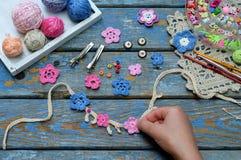 Accessoires de couture pour créer les bijoux à crochet Étape 2 - cousez les fleurs à crochet au bracelet ou à la chaîne Projet de photographie stock libre de droits