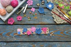 Accessoires de couture pour créer les bijoux à crochet Étape 2 - cousez les fleurs à crochet au bracelet ou à la chaîne Projet de photographie stock