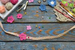 Accessoires de couture pour créer les bijoux à crochet Étape 2 - cousez les fleurs à crochet au bracelet ou à la chaîne Projet de images stock