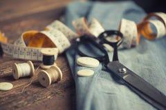 Accessoires de couture sur en bois image libre de droits