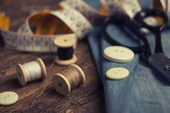 Accessoires de couture sur en bois photo stock