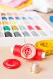 Accessoires de couture sur la table Photographie stock libre de droits