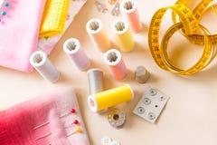 Accessoires de couture sur la table Images libres de droits