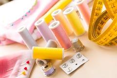 Accessoires de couture sur la table Photo libre de droits