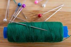 Accessoires de couture sur la table en bois photo libre de droits