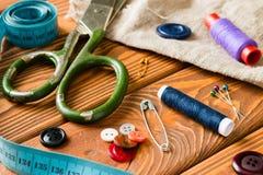 Accessoires de couture sur le fond en bois Photo libre de droits