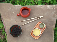Accessoires de cérémonie de thé de chinois traditionnel (tasses et lancement de thé Photographie stock libre de droits