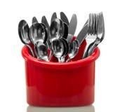 Accessoires de cuisine dans un dessiccateur rouge d'isolement sur le fond blanc image stock