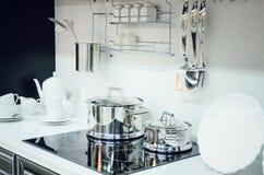 Accessoires de cuisine, plats Intérieur moderne de cuisine image stock