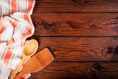 Accessoires de cuisine sur la surface en bois Fond de nourriture photos libres de droits