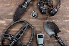 Accessoires de détecteur de métaux placés sur la vieille table en bois rustique Photos libres de droits