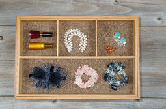 Accessoires de femme placés dans le tiroir Image stock