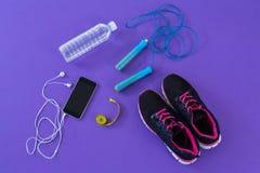 Accessoires de forme physique, bande de mesure et téléphone portable avec des écouteurs Images libres de droits
