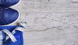 Accessoires de forme physique Chaussures de sports d'espadrilles d'haltères de sports et Image stock
