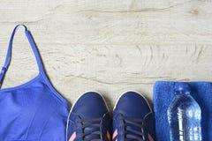 Accessoires de forme physique Chaussures de sports d'espadrilles d'haltères de sports et Photos stock