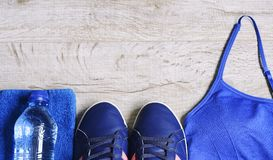 Accessoires de forme physique Chaussures de sports d'espadrilles d'haltères de sports et Photographie stock