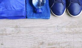 Accessoires de forme physique Chaussures de sports d'espadrilles d'haltères de sports et Photographie stock libre de droits