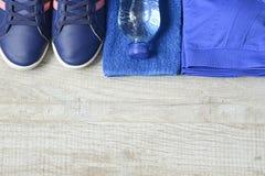 Accessoires de forme physique Chaussures de sports d'espadrilles d'haltères de sports et Images stock