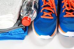 Accessoires de gymnase avec des chaussures de sport Photo libre de droits