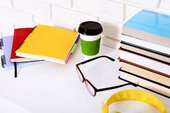 Accessoires de lieu de travail et d'éducation sur la table blanche L'espace de foyer sélectif et de copie Concept d'école de comm Images libres de droits