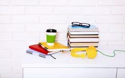 Accessoires de lieu de travail et d'éducation sur la table blanche L'espace de foyer sélectif et de copie Concept d'école de comm Images stock