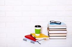 Accessoires de lieu de travail et d'éducation sur la table blanche L'espace de foyer sélectif et de copie Concept d'école de comm Image stock