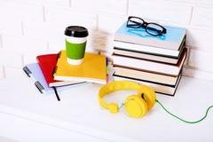 Accessoires de lieu de travail et d'éducation sur la table blanche L'espace de foyer sélectif et de copie Concept d'école de comm Image libre de droits
