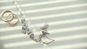 Accessoires de mariage avec des anneaux de mariage d'or, vue de glissière banque de vidéos