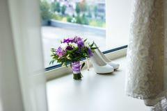 Accessoires de mariage et le bouquet de la jeune mariée Image stock